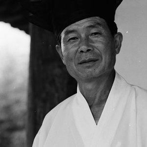韓国の伝統的衣装を着た男