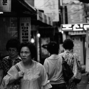 険しい顔をして路地を歩く女性