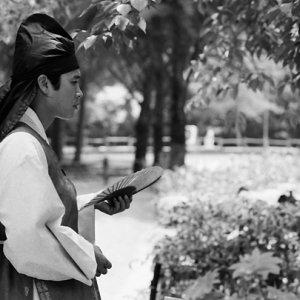 伝統的な衣装に身を包んだ男