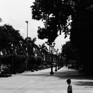 リサール公園でポツンと立っていた男の子