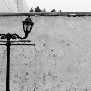 高い壁の前に立つ街灯