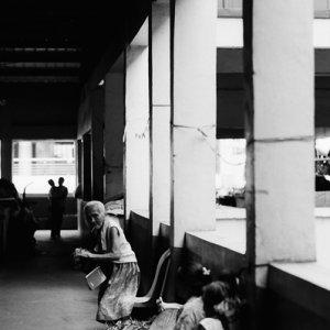 通路で働いていた老婆たち