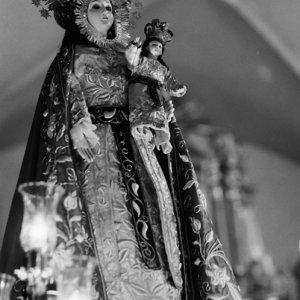 幼いイエスを片手で抱える聖母マリア像