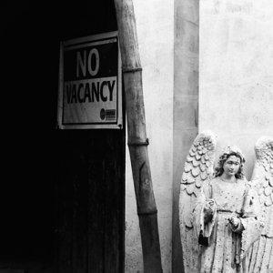 入り口に立つ羽根のある天使