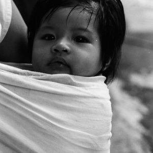 布ですっぽりと包まれた赤ん坊