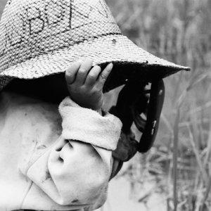 大きな帽子を被った幼い女の子