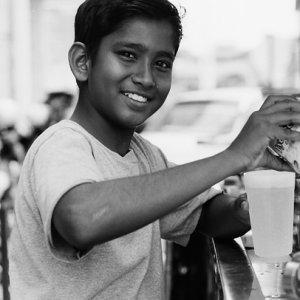 楽しそうにフレッシュジュースを作っていた男の子