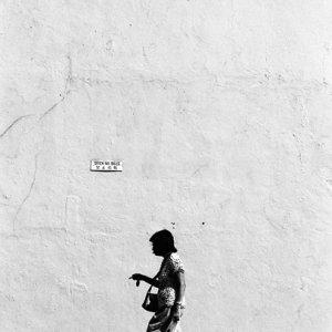 大きな壁の前を歩く女性