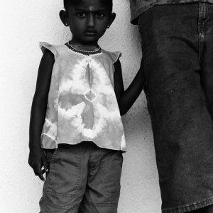 お父さんのズボンを握る女の子