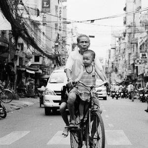 孫と一緒に自転車に乗ったおじいさん