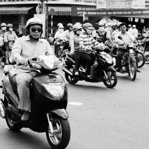 道を走る沢山のバイク