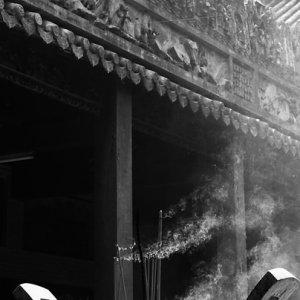 香炉から立ち上がる煙