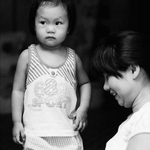 お母さんの傍らに立つ女の子