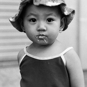 アイスクリームの髭をつけた女の子