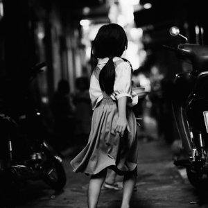走り去る女の子