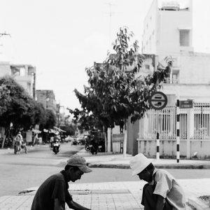 歩道でベトナム将棋を指す男たち