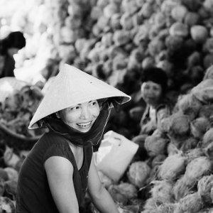ココナッツの傍らで微笑む女