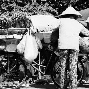 荷物を積みすぎた自転車