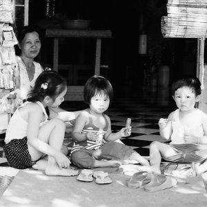 家の前で遊ぶ子どもたち