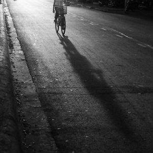 夕暮れ時の町を走る自転車