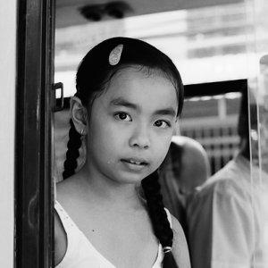バスの窓際の席に座っていた女の子