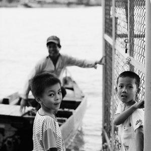 川辺で振り返る男の子たち
