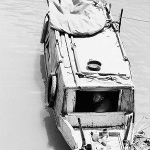 ボートの船内で寛ぐ男