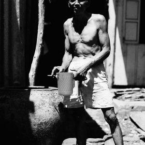 水浴びをする男