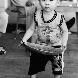中華鍋を持つ男の子