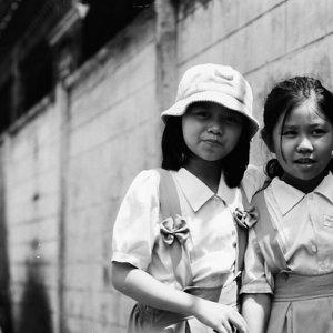 路地にいた小学生の女の子たち