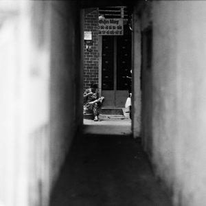路地の奥に見えるリラックスした人影
