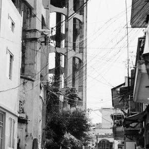道の先にそびえる大きな給水塔