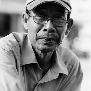 帽子を被った初老の男