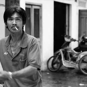 煙草を咥えて歩く男