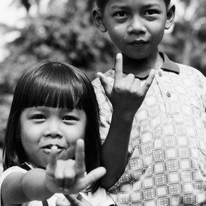 人差し指と小指を立てる姉弟