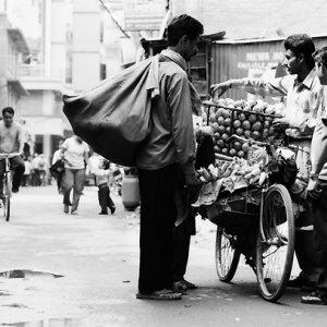 Man buying mangoes from fruit seller