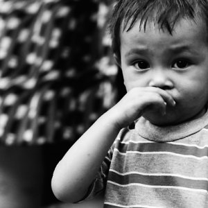 鼻をこする男の子