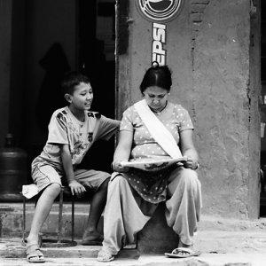 同じ新聞を読むお母さんと息子
