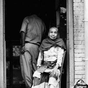 玄関の前に腰掛けていた老婆