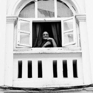 窓辺に腰を下ろした僧侶