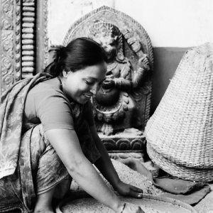 ヒンドゥー教寺院の境内で働いていた女