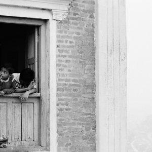 窓辺にいた退屈そうな男の子たち