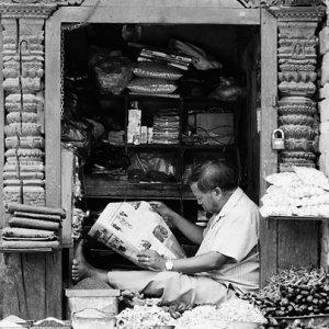 新聞を読む店主