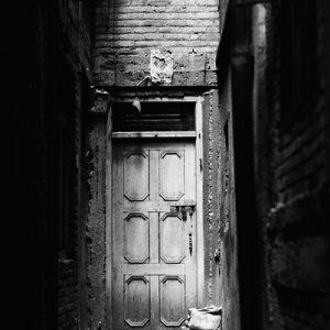 薄暗い路地の奥にあった木製の扉