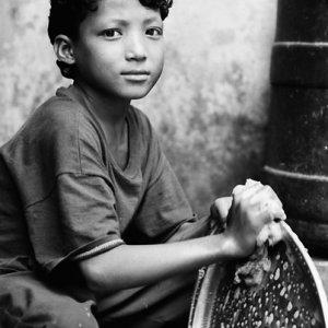 皿洗いをする男の子