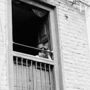二階の窓から往来を眺めていた女の子