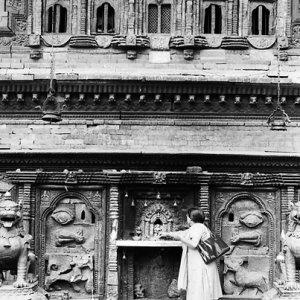 バイラヴァを祀る祭壇の前に立つ女性