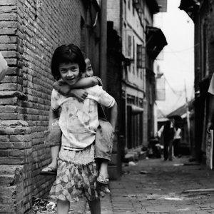 弟をおんぶして歩いていた女の子