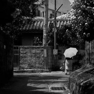住宅街の中の日傘