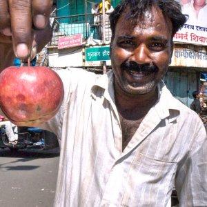 林檎を手にした男